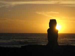 Романтичен Залез на Великденския остров